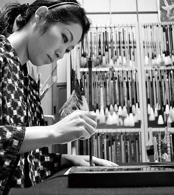 加茂市生まれの書家・泉田佑子さん。現在新潟日報朝刊にエッセイ『墨遊小路の仲間たち』を隔週土曜連載中