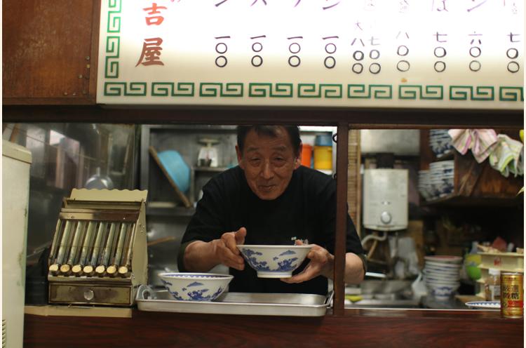 2代目店主の坂田さん。「おまちどーさま」の声と笑顔になんだかホッとします