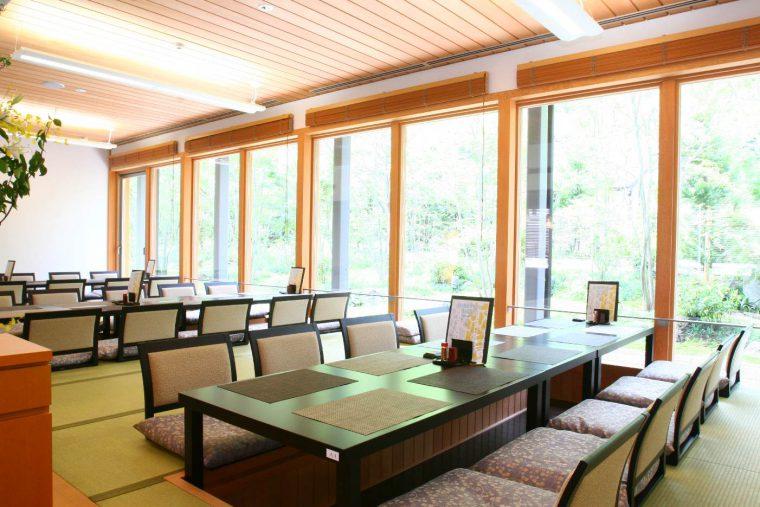蛍庵は、座敷とテーブル席で構成されている食事処です