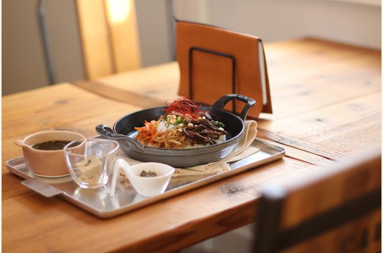 この日のランチは、山菜などの地元食材をたっぷり使ったビビンバ