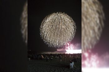 聖籠町網代浜の砂浜に腰をおろして花火に歓声をあげよう!