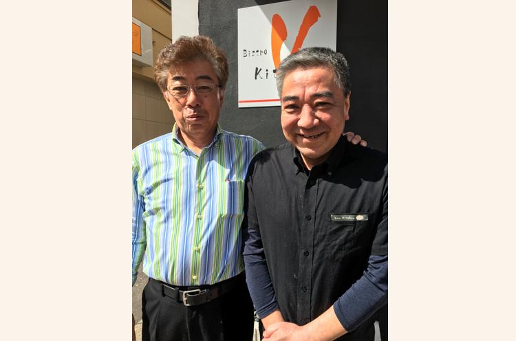 マスターのお名前は森山さん(写真右)。 森山さんの隣にいる人物が、メ ニュー名の由来となった元プロ 野球選手の西岡良洋さんだ