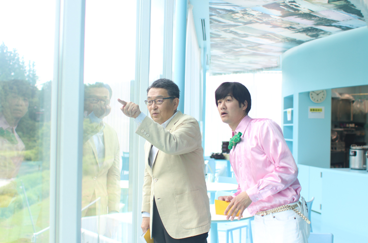 取材したのは松代地区の「農舞台」。窓の外に見える作品を指さして説明してくれる関口市長