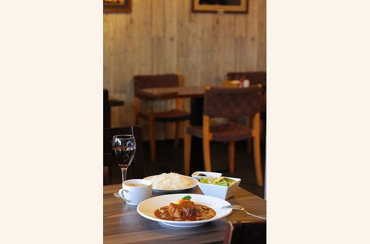 『ビーフシチュー定食』』(サラダ、 味噌汁付き。昼900円、夜970円)
