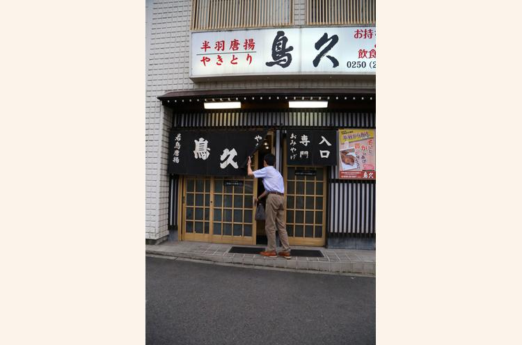 鳥久の外観。テイクアウトも人気ゆえ、店内へ入る入口とテイクアウト客用の入口、ふたつの入口があるというのがユニーク!
