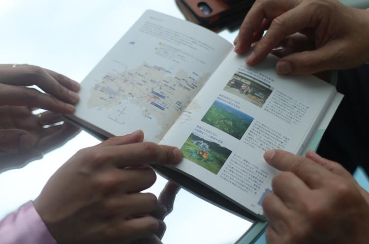 関口市長自らガイドブックを開いて説明してくれました。熱い思いが溢れ出ちゃって、説明が終わんない!