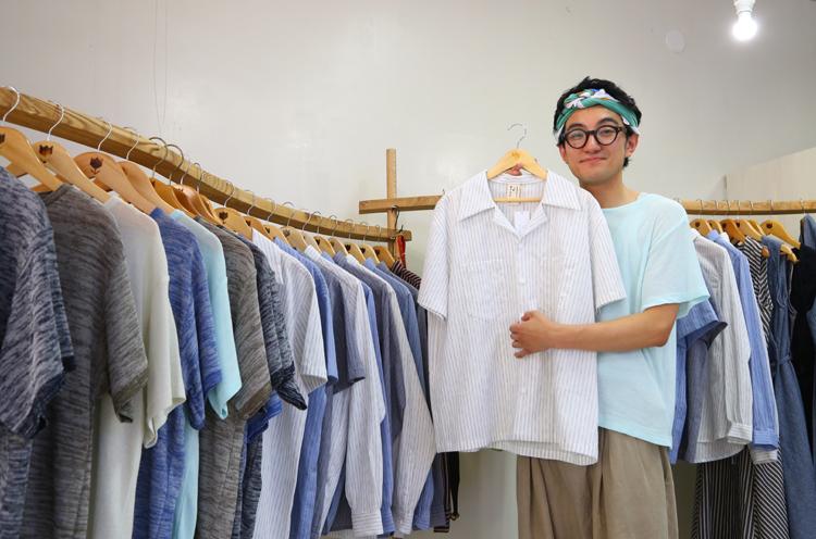 tulip en mensenデザイナーの横山英也さん。亀田縞の開襟シャツは24,840円