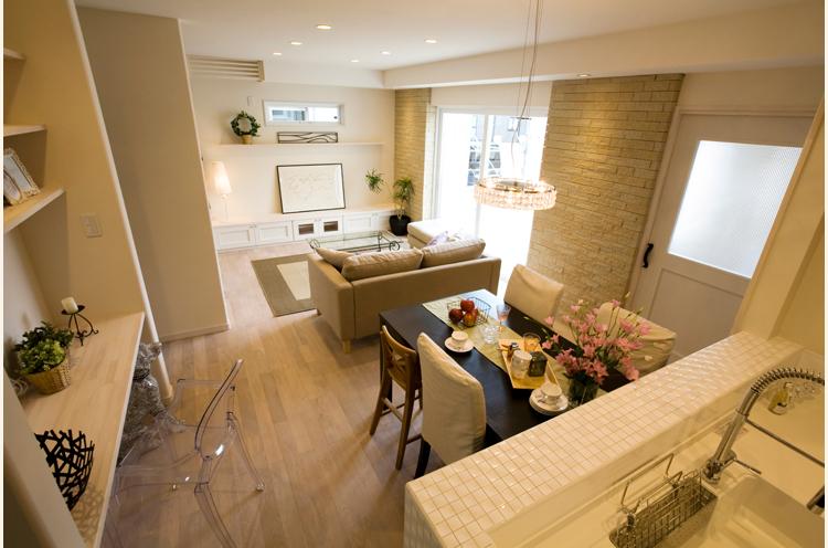 天井や壁など明るい配色が特徴。レンガやタイルなどがアクセントになっている
