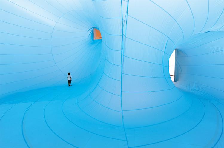 松井紫朗「君の天井は僕の床/One Man′s Ceiling is Anothe Man′s Floor」(2011年)