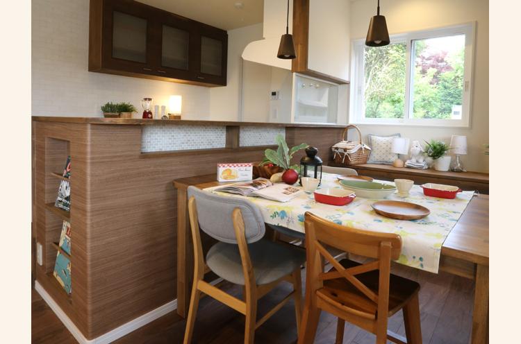 キッチンの一部をタイルにしたり、脇に雑誌を置けるスペースを設けたりと、さりげない工夫が生活を快適にする