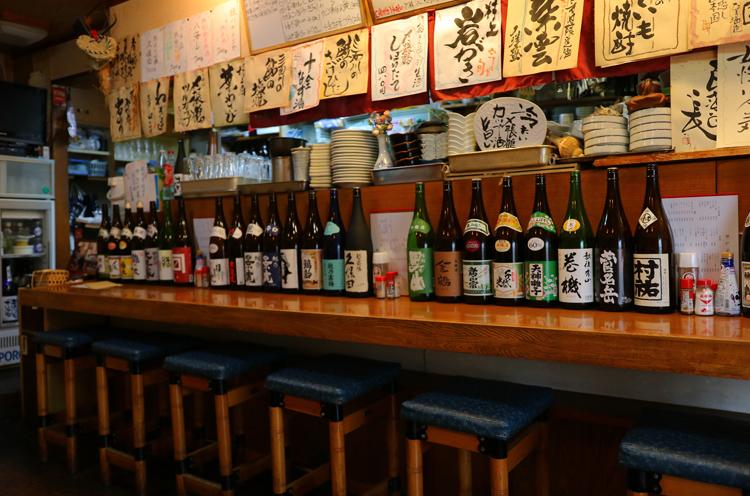 店内には、味のある手書きのお品書きと県内のさまざまな日本酒が並ぶ。