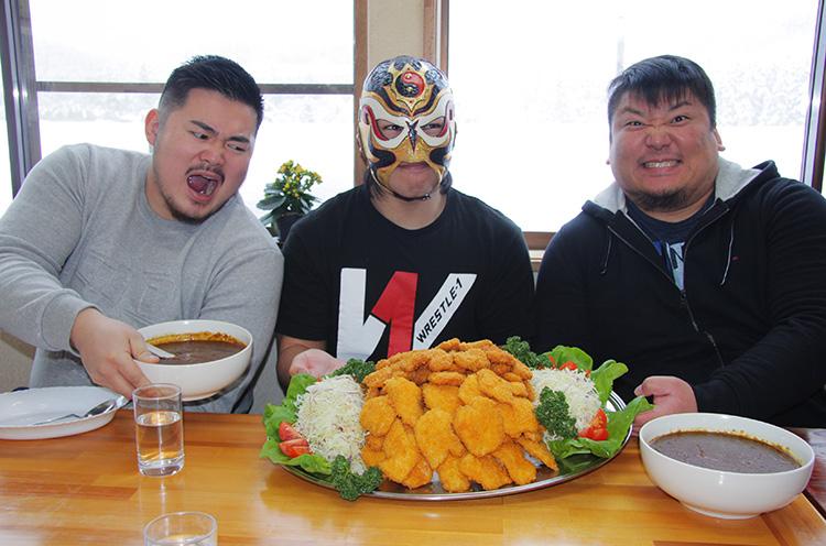 WRESTRE-1の3人と一緒に写ってるのが、ほっとハウスのカツカレー。 カツの下に大量のごはんが隠れてて、カレーはラーメン丼に別盛り(笑)