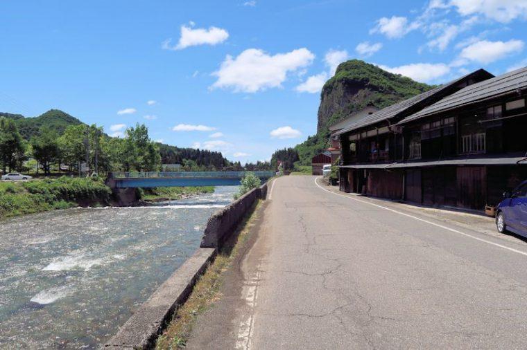 傳七茶屋さん、こんな場所にあるんです! 目の前は五十嵐川、奥には八木が鼻!! 下田の絶景に囲まれた素敵なお店です