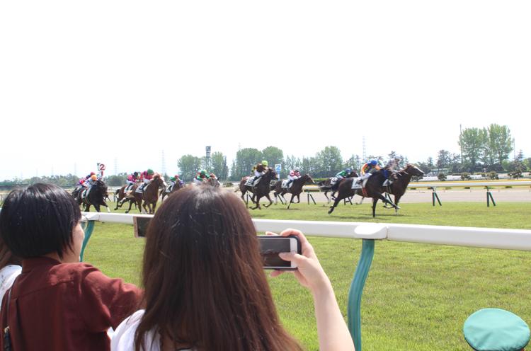 ひゃーーーーー近い!! 「写真とらなきゃ」とレースそっちのけでスマホで撮影しだす2人