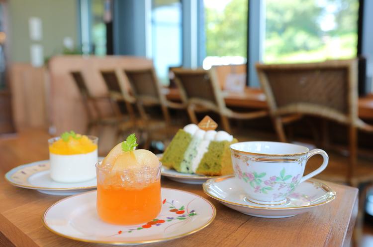 7月は『ももゼリー』『柑橘のパンナコッタ』『抹茶のシフォンケーキ』など