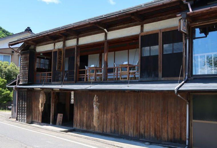 傳七茶屋さんの外観。趣があります。このお店があるのは…