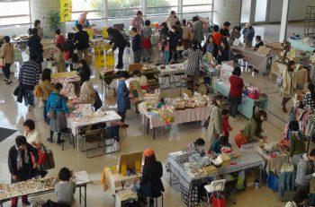 ハンドメイド作品、季節の雑貨、食品、ワークショップなど、さまざまなブースが並びます