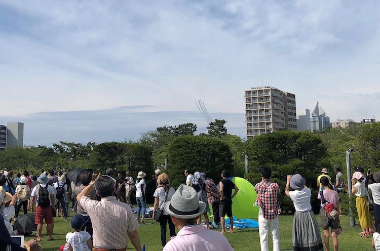 私はこのへん(陸上競技場と県民会館の間)の緑地から見ました。彼方からブルーインパルスが近づいてくる光景は、かなり興奮しましたねー!