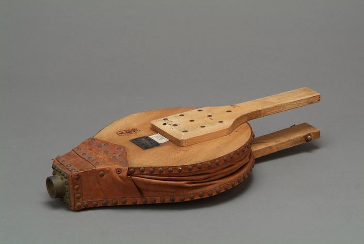 霧中号角(むちゅうごうかく): 霧の中で信号を送るために笛とフイゴを使い、継続的に信号音を発生させる道具