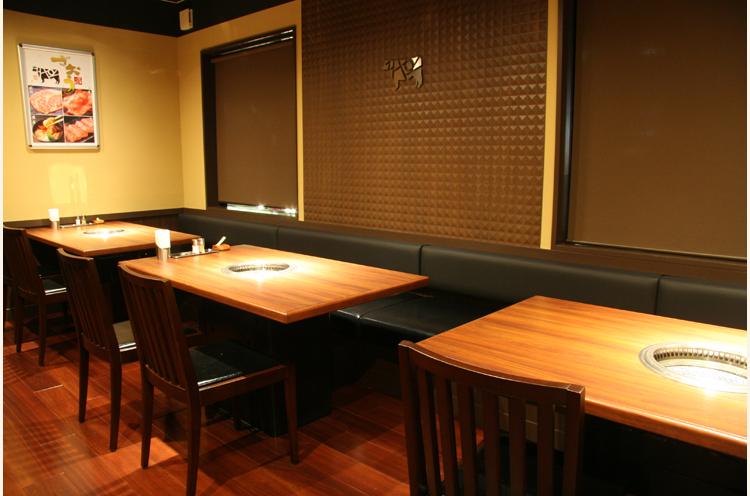 ゆとりのある配置のテーブ ル席とお座敷を完備。土日祝はランチ営業も行なう