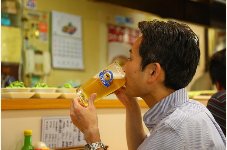 絶妙な塩加減と肉汁あふれるジューシーなお肉のおいしさにビールが進みます! 村木さん、おいしそうに飲むなぁ