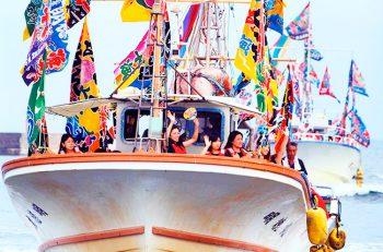 【出雲崎町】大漁旗を掲げた漁船のパレードは圧巻!