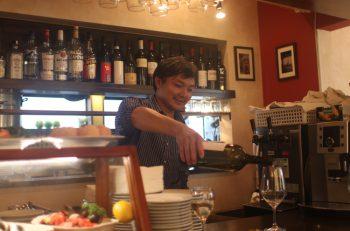 イタリアの郷土料理とワインをどうぞ