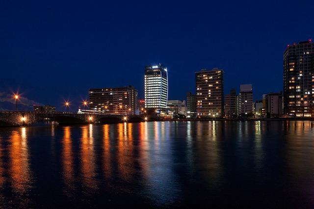 夜の信濃川の向こうに輝くメディアシップ