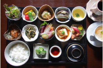 """一汁三菜ならぬ""""十菜""""の小鉢が付くプレミアムなランチは平日5食限定"""