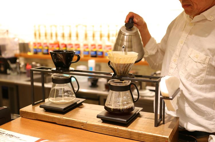 スタッフが思いを込めてコーヒーを淹れる