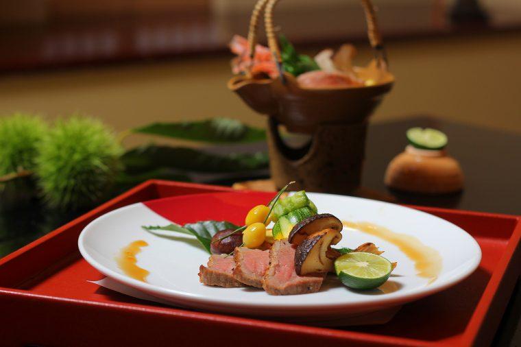 素材のおいしさをいかすためにシンプルに調理された『越後牛肉のロースト』