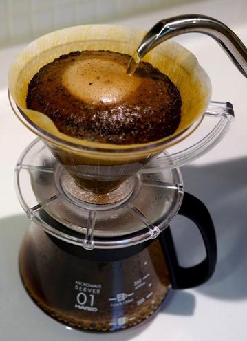 東京・世田谷の名店 堀口珈琲から仕入れるスペシャルティコーヒー。オーダーごとに1杯ずつ丁寧にドリップする