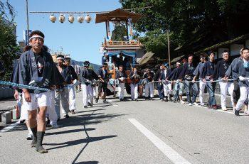 【関川村】御神輿を先頭に大輪や山車などが下関集落内を練り歩く