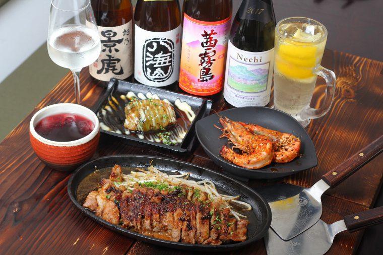 鉄板で焼き上げた熱々の料理と、種類豊富に揃うお酒の数々