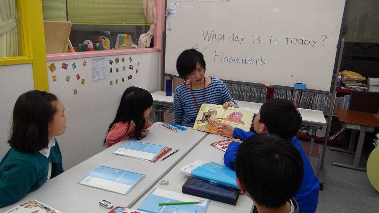ローマ字読みになってしまわない英語独特の音声学習、日本語との構造の違いを日本人講師が丁寧に指導