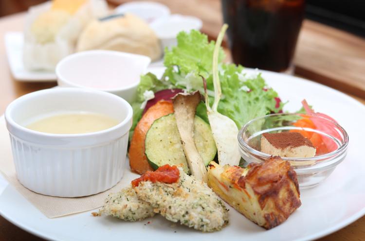 『野菜たっぷりワンプレートランチ』には直営の「おおた農場」が丹精込めて育てた野菜を中心に旬の食材を使用する