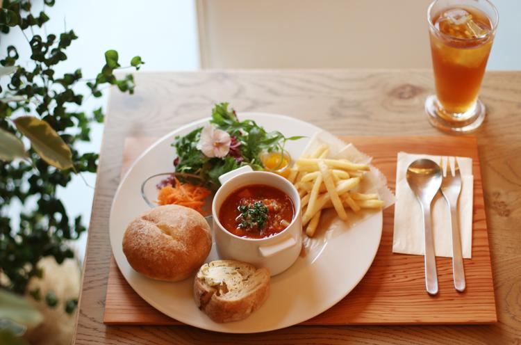 『Today's MEGランチプレート』は季節ごとの食材を使った日替わりの料理にサラダやパン、ドリンクが付く