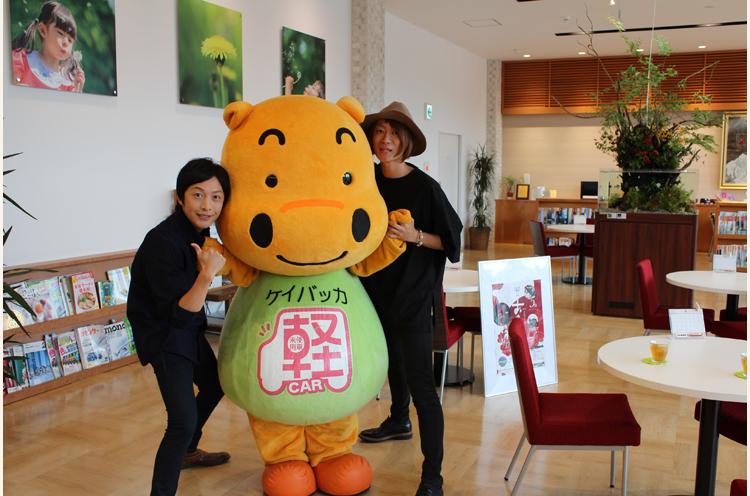 バッカちゃんと一緒に写っているのは...長岡出身のアコースティックデュオの「ひなた」のお二人だ!