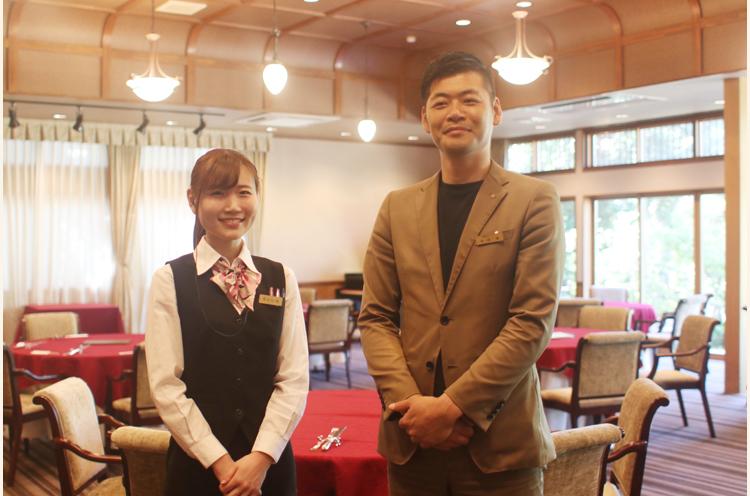 広間のイス席に行くと、スタッフの中沢さん(右)と長谷川さん(左)が迎えてくれました
