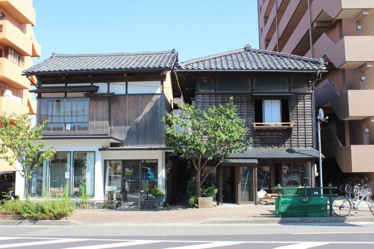 向かって左がギャラリー蔵織、右が例の建物