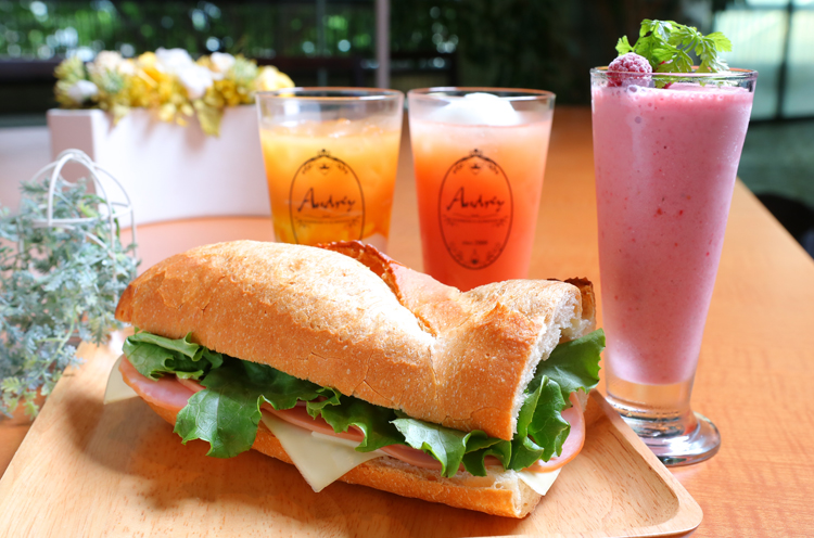 フランスパンにハムやチーズをサンドした『フランスサンドイッチ』とデザー トドリンク(単品450円~)