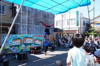 ジャグリング、アクロバット、バルーンコメディー…! パフォーマーが集結! 「かぼちゃ電車」も一般開放|新潟市旧月潟
