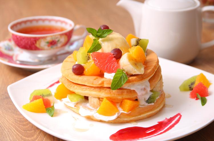 『フルーツデコレーションパンケーキ(3段)』(1,296円)