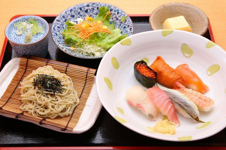 自慢の江戸前寿司にお蕎麦が付いた『特製寿司ランチ』が830円!