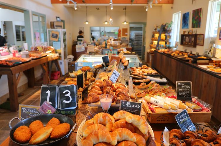 店内には100種近くのパンがズラリ。豊栄産のトマトや新発田市のアスパラ、県産小麦など地元食材をふんだんに使用。年に3回キッズを対象にパン教室を行なう