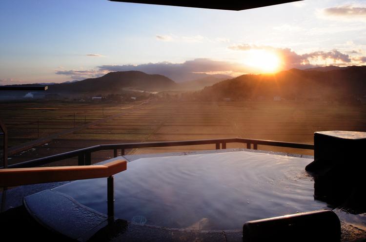 客室露天風呂から望む越後平野の眺望