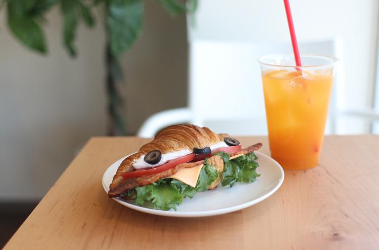 クロワッサンを使ったサンドイッチ『クロワッサンサンドBLT』など、食事系のパンも用意している