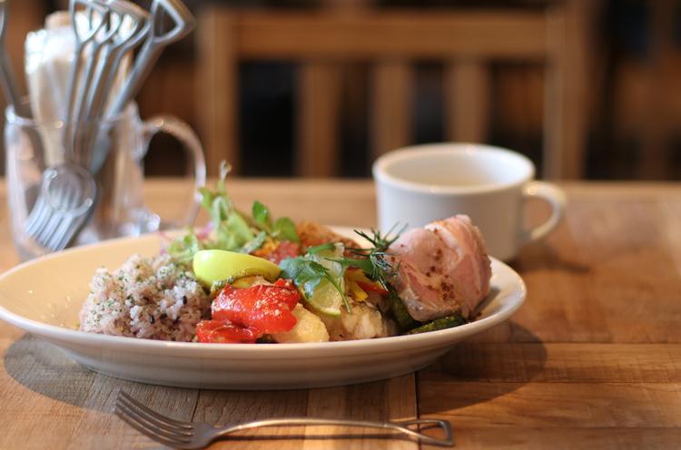 数ある惣菜の中から好みのデリを3品から5品選んで組み合わせられる『SUZUVEL RICE BOWL』。スープ、ドリンク付き。写真は5品で1,598円から