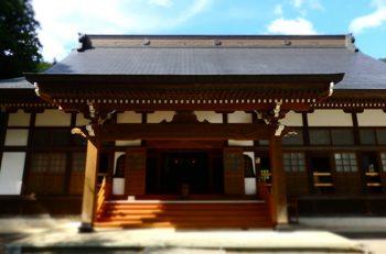 南魚沼市のお寺で開かれる縁日。本堂や境内でフリーマーケットやワークショップ、芸能披露などが行なわれます
