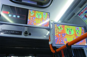 「バスなか美術館」開催中! 新潟市内を走る連節バス内に障がい者アートが展示されています